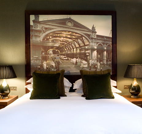 тестильный дизайн - убранство кровати в гостинице Fox
