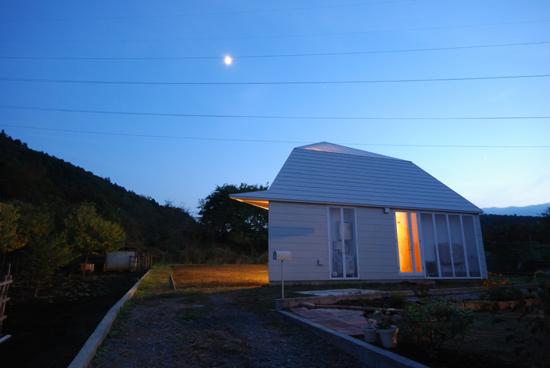 Ночной вид загородного дома, архитектурное проектирование Atelier Bow-Wow