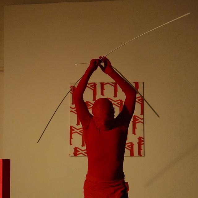 красный человек -перфоманс, фото