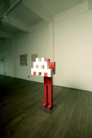 объект Красный человек в интерьере лофт-галереи Этажи