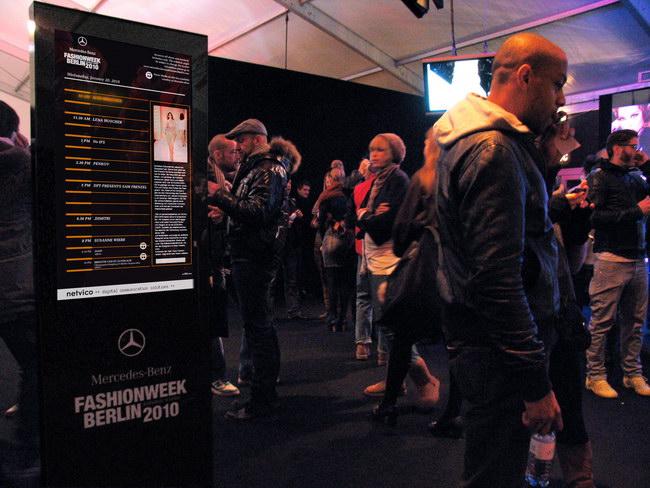 информационный стенд с экраном, спроектированный дизайнерами netvico для берлинской недели моды