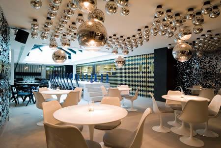 зал ресторана со столом-подиумом
