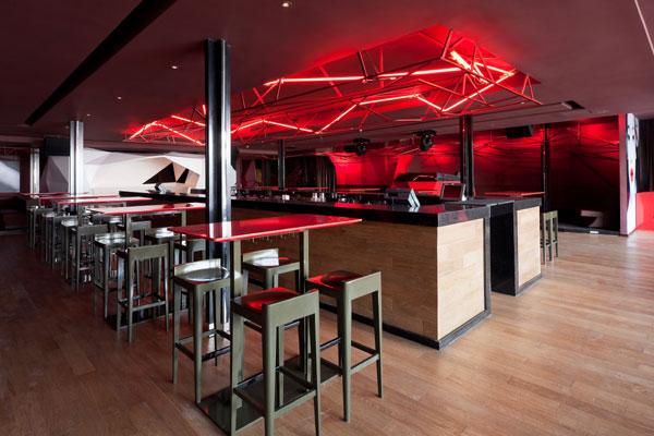 Интерьер бара, общий вид со столами и барными стойками