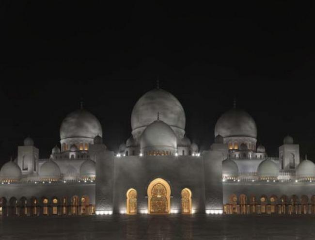 Подсветка фасада мечети, фронтальный вид