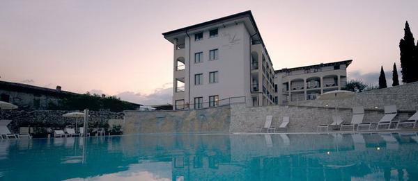 Вид с воды на здание отеля