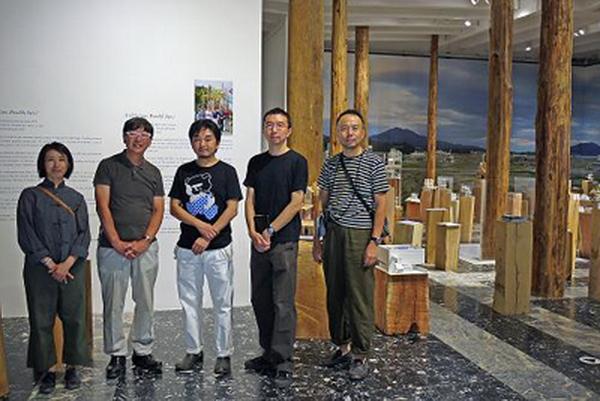 Кумико Ину , Тойо Ито, Соу Фуджимото, Акахиша Хирата и Наойа Хатакеяма в японском павильоне на венецианском биеннале