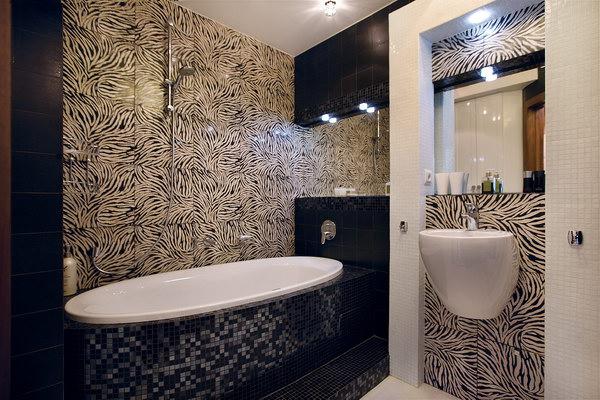 черно-белый санузел с ванной