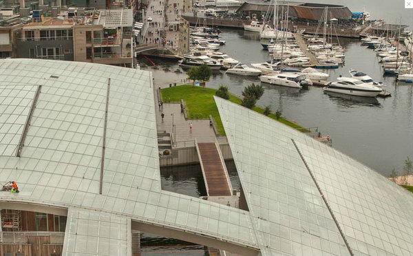 вид с крыши музея на море и набережную