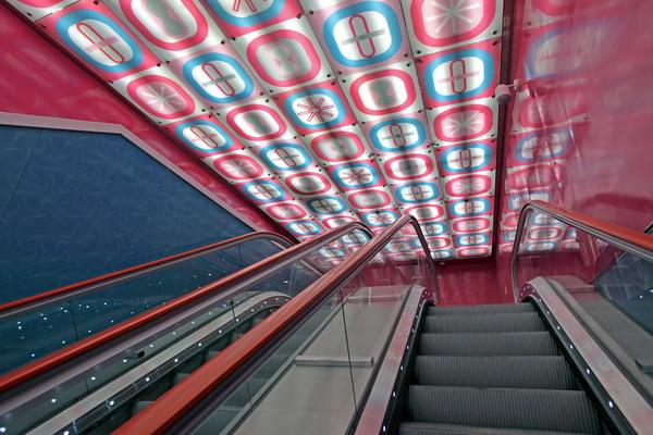 декорированный потолок над эскалатором