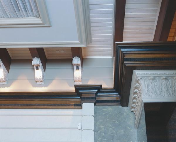 оформление потолка в холле