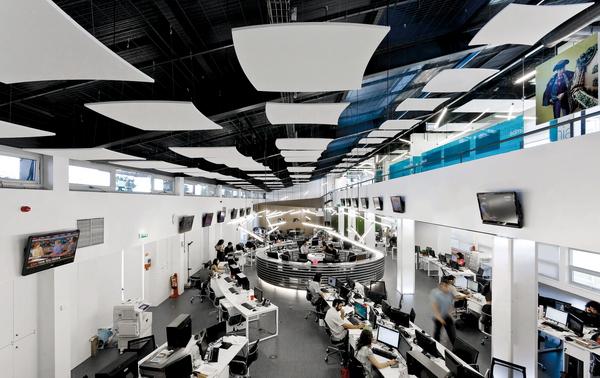 Открытое пространство в центре приема звонков португальской компании I Online, площадь - 500м кв., потолок - Optima Canopy, фотограф © Joao Morgado