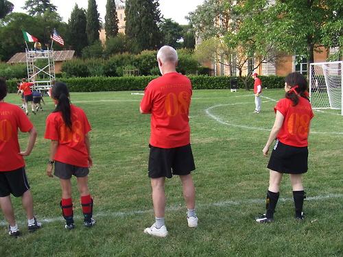 Цумтор играет в футбол