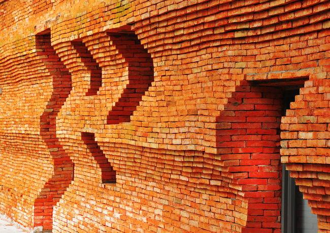 облицованная кирпичем ручной работы стена киноколледжа