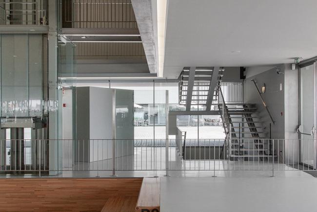 лестницы в интерьере культурного центра