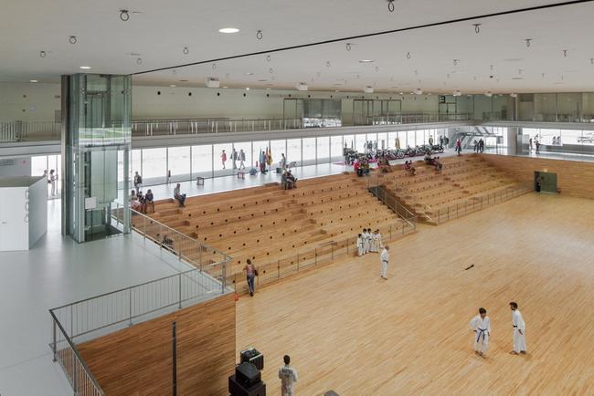 интерьер культурного центра: арена и фойе
