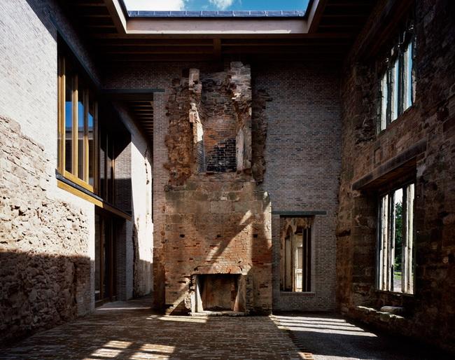 внутреннее пространство замка, реконструированного под гостиницу, лауреат премии Стирлинга за 2013 Witherford Watson Mann Architects
