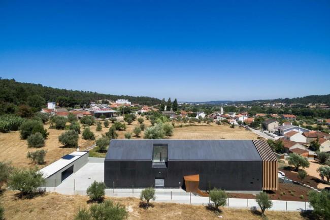 дом из черного бетона в Ореме, Португалия