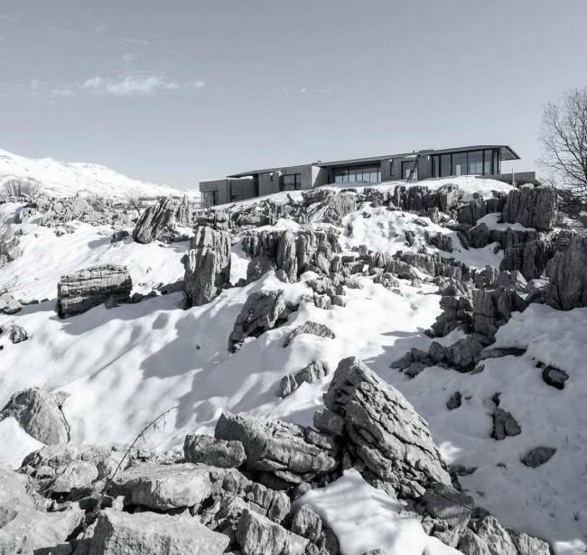 дом на скалах зимой