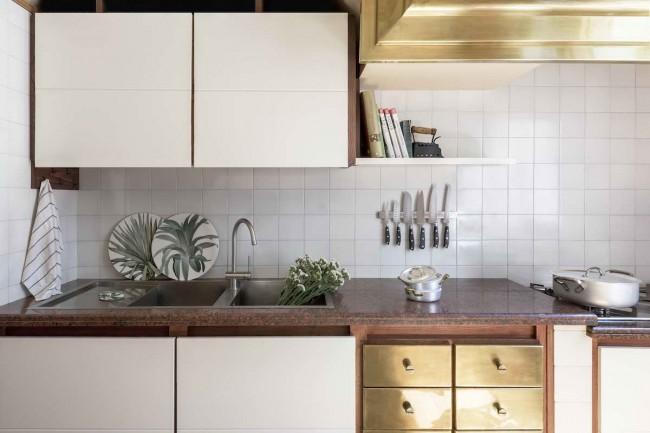 кухня с латунными элементами
