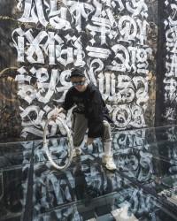 Художник Покрас Лампас на фоне композиции Дуализм