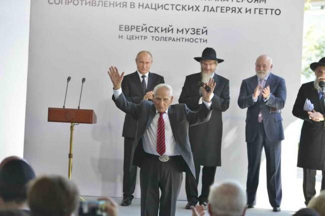 Арон Бельский на открытии памятника героям сопротивления
