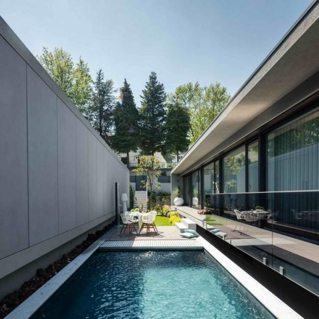 бассейн во внутреннем дворе