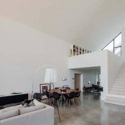 белый зал с лестницей на второй этаж