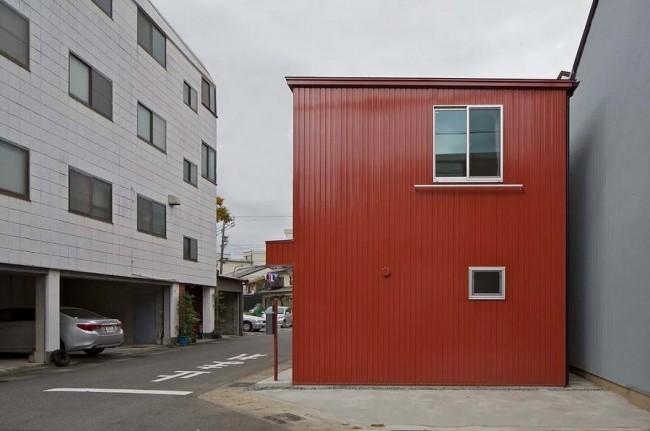 боковой фасад дома с балконом