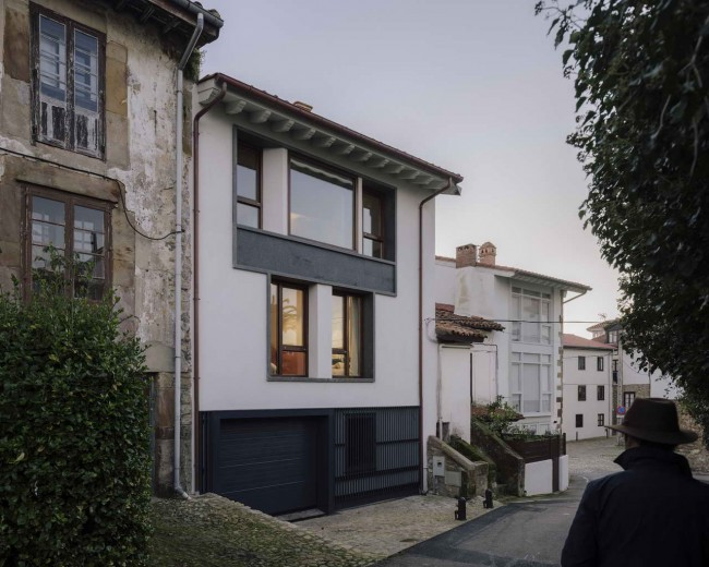 Comillas House, фасад с гаражом