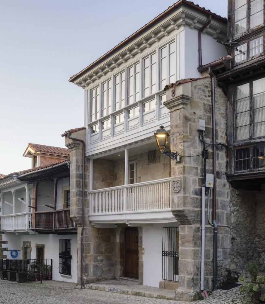 Comillas House, фасад с лоджией
