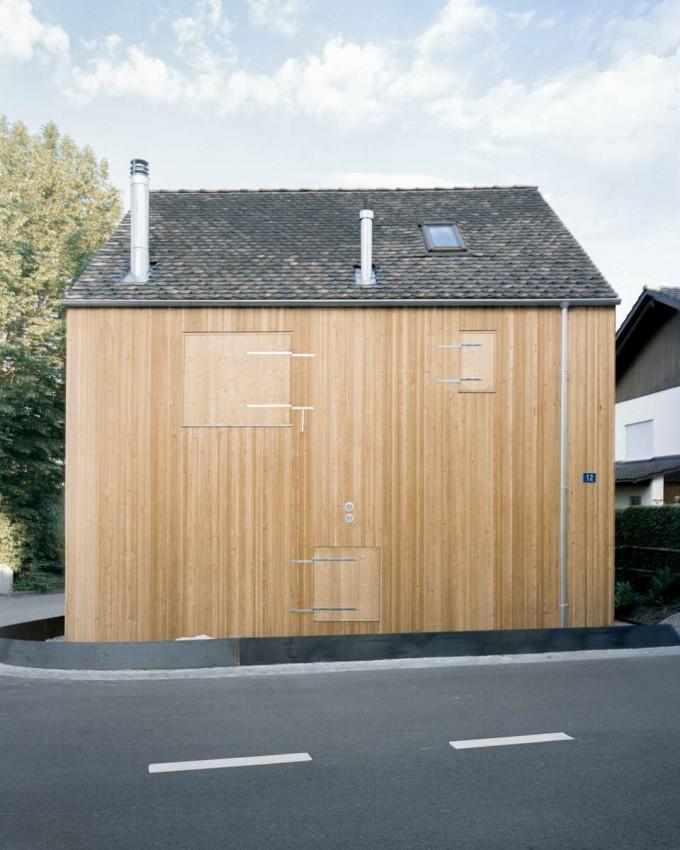 фасад маленького дома из лиственницы
