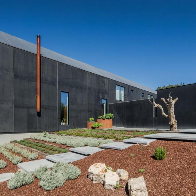 фасад из черных плит с декоративным огородом