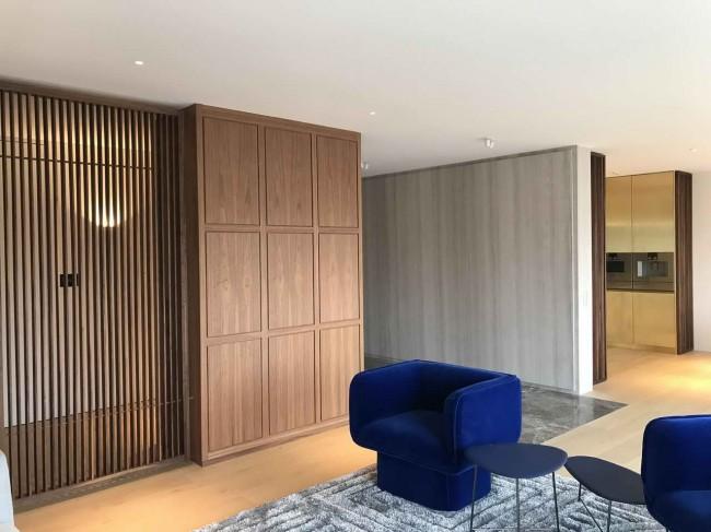 гостиная с деревянными перегородками