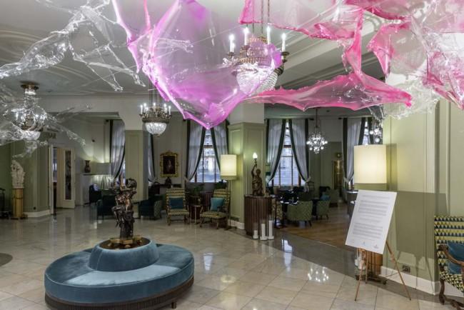 инсталляция художника Aljosha в интерьере гостиницы Астория