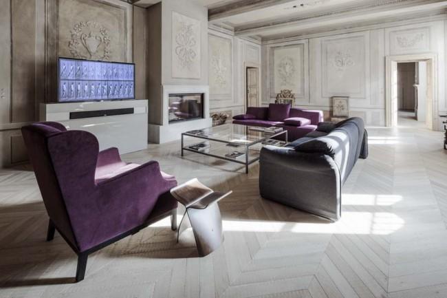 интерьер гостиной с панелями и бархатной мягкой мебелью