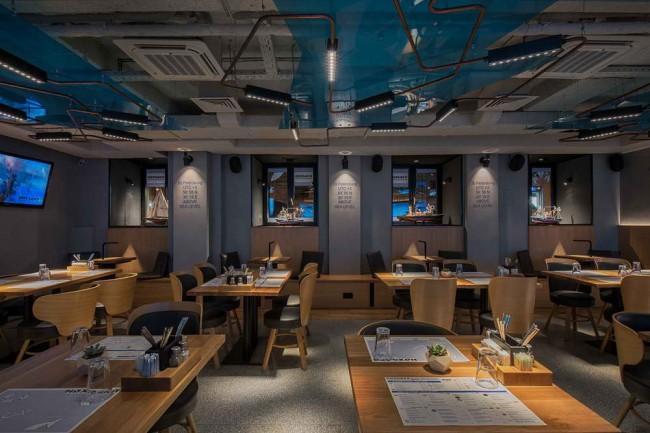 модели кораблей на подоконниках в ресторане