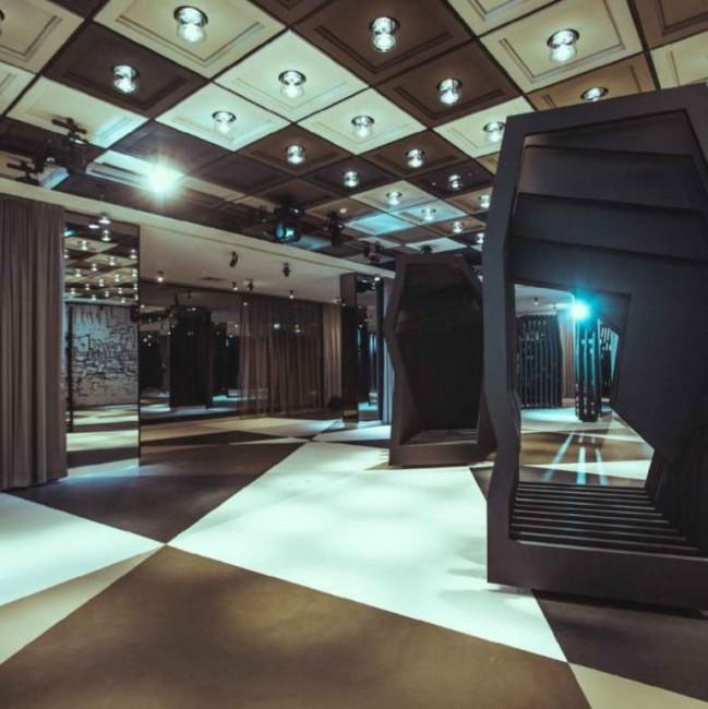 интерьер зала с перегородками