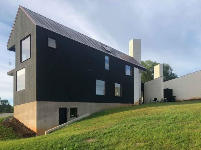 деревянный жилой корпус и кирпичные стены