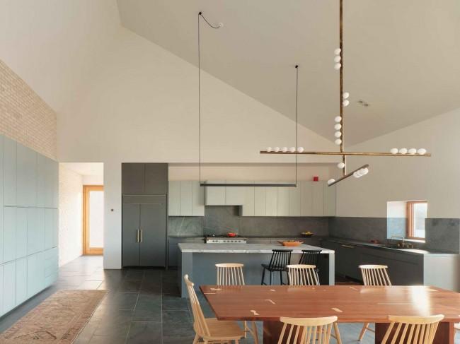 интерьер кухни со скатным потолком