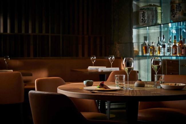 кожаная мебель натурального цвета в ресторане