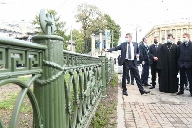 На Троицкой площади установлен памятный знак в честь первого петербургского храма — Троице-Петровского собора