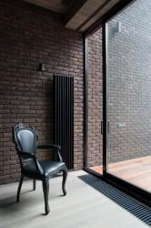 кресло возле раздвижной двери