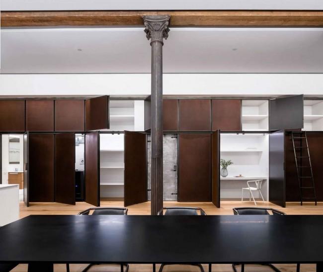 шкафы, обрамляющие кухню в лофте