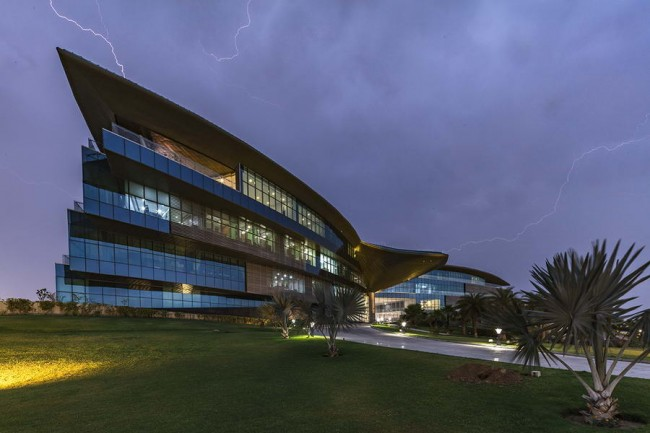 здание штаб-квартиры - вечерний вид