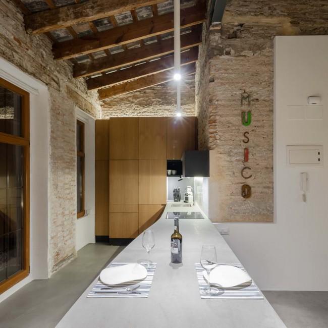 столешница в кухне апартаментов в Валенсии