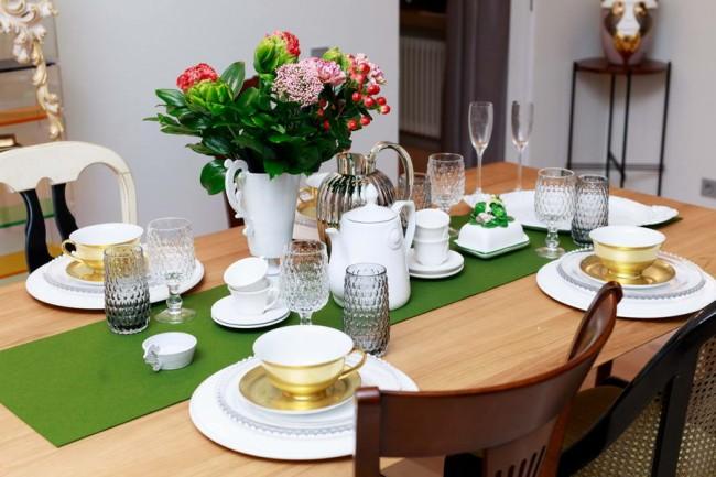Сервированный обеденный стол в столовой