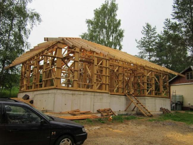 каркас дома в процессе строительства