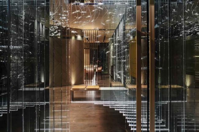 зеркала и световые инсталляции в холле ресторана