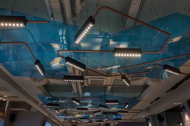 потолочные светильники в интерьере ресторана