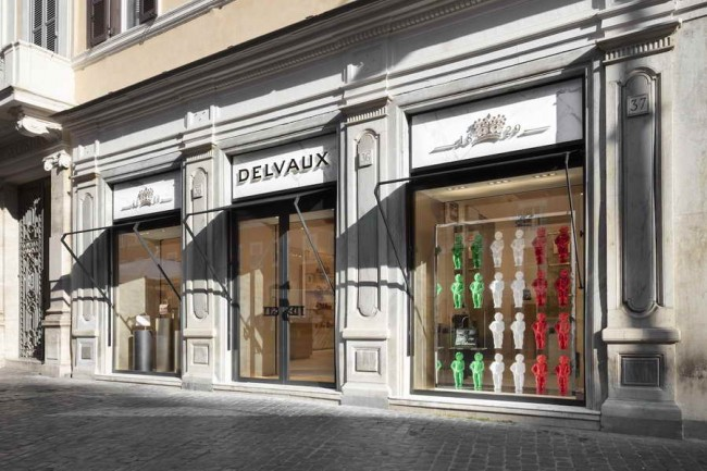 витрина флагманского бутика Delvaux в Риме